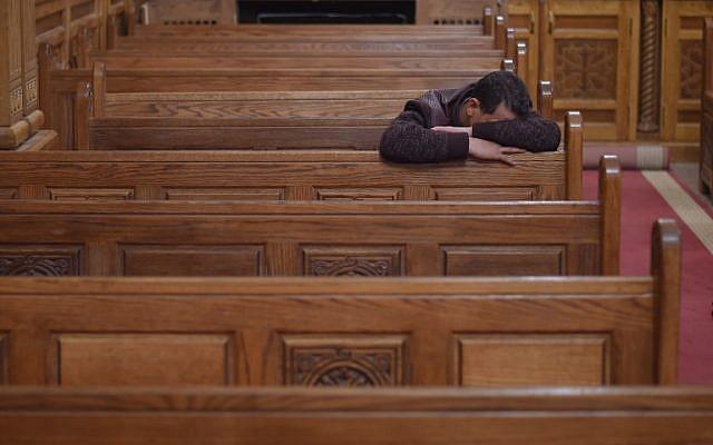 Un hombre cristiano copto lamenta las víctimas de un ataque el día anterior, durante una ceremonia matutina en la iglesia del Príncipe Tadros en la provincia de Minya, en el sur de Egipto, el 3 de noviembre de 2018. (MOHAMED EL-SHAHED / AFP)