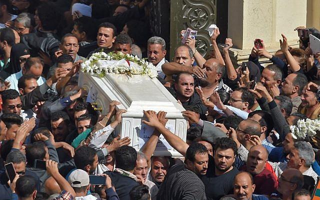Los cristianos coptos cargan los ataúdes de las víctimas de un ataque el día anterior, después de una ceremonia matutina en la iglesia del Príncipe Tadros en la provincia de Minya, en el sur de Egipto, el 3 de noviembre de 2018. (MOHAMED EL-SHAHED / AFP)