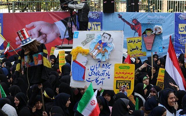 Los manifestantes iraníes se manifiestan frente a la antigua embajada de Estados Unidos en la capital iraní de Teherán el 4 de noviembre de 2018, con motivo del aniversario de su asalto por parte de estudiantes manifestantes que provocaron una crisis de rehenes en 1979. (ATTA KENARE / AFP)