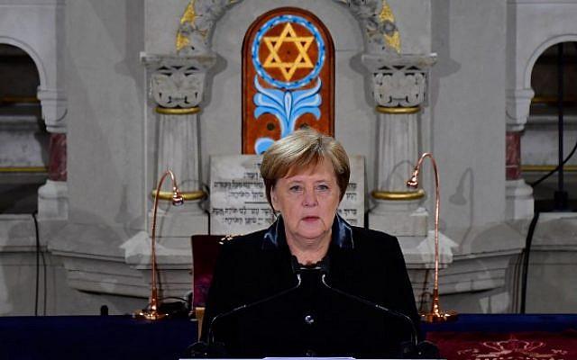 La canciller alemana, Angela Merkel, habla durante una ceremonia en la Sinagoga Rykestrasse en Berlín el 9 de noviembre de 2018 para conmemorar el 80 aniversario del pogrom Kristallnacht nazi. (Tobias Schwarz / AFP)