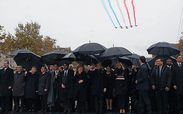 (FromL) El rey de España, Felipe VI, el presidente de la Comisión Europea, Jean-Claude Juncker, la presidenta de Lituania, Dalia Grybauskaite, el primer ministro de Dinamarca, Lars Lokke Rasmussen, el príncipe de Marruecos, Moulay Hassan, el rey de Marruecos, Mohammed VI, la canciller alemana, Angela Merkel, el presidente francés, Emmanuel Macron. y su esposa Brigitte Macron y el primer ministro canadiense Justin Trudeau llegan al Arco de Triunfo en París el 11 de noviembre de 2018 para asistir a una ceremonia que conmemora el 100 aniversario del armisticio del 11 de noviembre de 1918, que termina la Primera Guerra Mundial (MARIN / POOL / AFP )