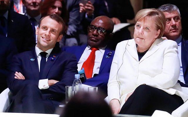 El presidente francés, Emmanuel Macron, izquierda, y la canciller alemana, Angela Merkel, asisten a la ceremonia de apertura del Foro de Paz de París en la Sala de Conferencias de Villette en París el 11 de noviembre de 2018. (ONZALO FUENTE / AFP)