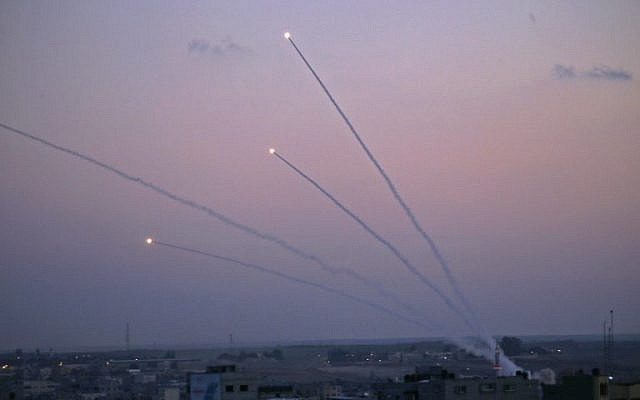 Misiles lanzados hacia Israel, en una fotografía tomada desde la Franja de Gaza, el 12 de noviembre de 2018. (Dijo KHATIB / AFP)