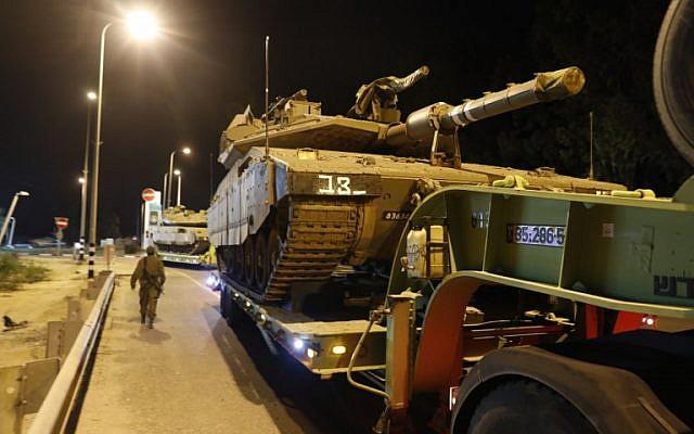 Un convoy de tanques israelíes en la carretera cerca de la ciudad de Sderot, sur de Israel, el 12 de noviembre de 2018. (Menahem KAHANA / AFP)