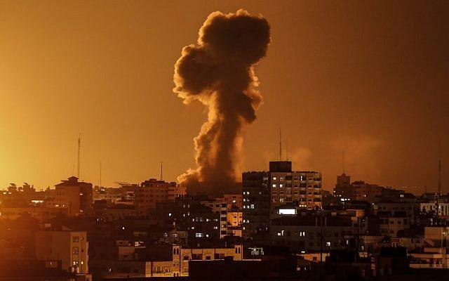 Humo que se levanta sobre el edificio donde se encuentra la estación de televisión al-Aqsa de Hamas en la Franja de Gaza durante un ataque aéreo israelí, el 12 de noviembre de 2018. (Mahmud Hams / AFP)