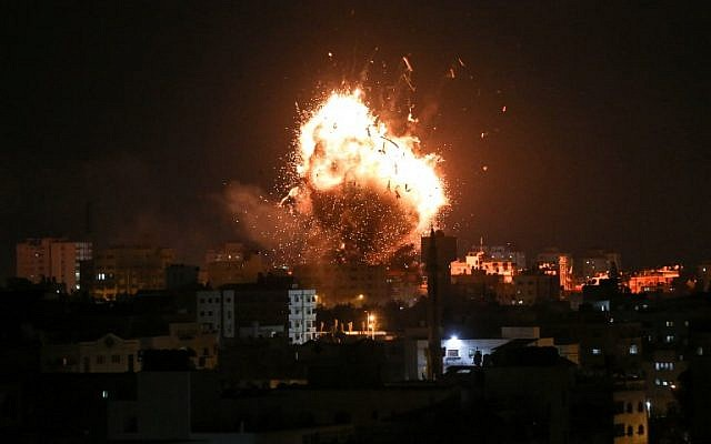 Una fotografía tomada el 12 de noviembre de 2018 muestra una bola de fuego sobre el edificio que alberga la estación de televisión dirigida por Hamas al-Aqsa TV en la ciudad de Gaza durante un ataque aéreo israelí. (Bashar TALEB / AFP)