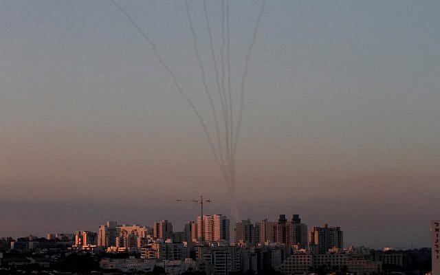 Los misiles del sistema de defensa aérea Iron Dome en el sur de Israel destruyen los misiles entrantes sobre Ashkelon disparados desde la Franja de Gaza el 13 de noviembre de 2018. (Gil Cohen-Magen / AFP)