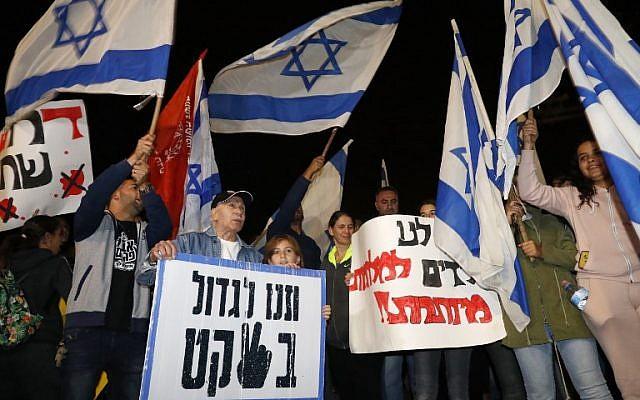 Los israelíes protestan en la entrada a la ciudad sureña de Ashkelon el 14 de noviembre de 2018, por un alto el fuego que termina un intercambio de violencia con grupos terroristas palestinos en la Franja de Gaza. (Jack Guez / AFP)