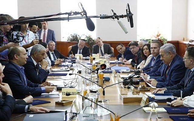 El Primer Ministro Benjamin Netanyahu (2º-R), el Ministro de Educación Naftali Bennett (1º-L) y el Ministro de Finanzas Moshe Kahlon (2º-L) asisten a la reunión semanal del gabinete en la Oficina del Primer Ministro en Jerusalén el 18 de noviembre de 2018. (Abir Sultan / Piscina / AFP)