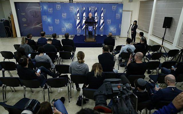 """El primer ministro Benjamin Netanyahu habla en un discurso televisado a la nación en Tel Aviv el 18 de noviembre de 2018. Netanyahu dijo que llamar a elecciones anticipadas ahora sería """"irresponsable"""", ya que prometió seguir adelante a pesar de una crisis de coalición. (Foto por Jack GUEZ / AFP)"""