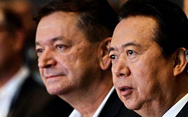 El vicepresidente de Interpol, Alexander Prokopchuk (L) y Meng Hongwei, presidente de Interpol, asisten a la apertura del Congreso Mundial de Interpol en Singapur el 4 de julio de 2017. (ROSLAN RAHMAN / AFP / File)