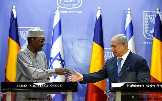 El primer ministro Benjamin Netanyahu (derecha) se prepara para darle la mano al presidente de Chad, Idriss Déby, mientras pronuncian declaraciones conjuntas en Jerusalén el 25 de noviembre de 2018. (Ronen Zvulun / Pool / AFP)