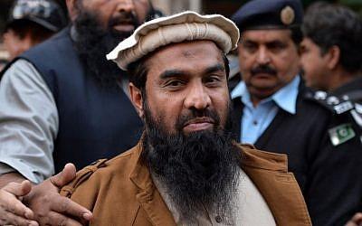 El personal de seguridad paquistaní escolta a Zaki-ur-Rehman Lakhvi, presunto autor intelectual de los ataques de Mumbai en 2008, cuando abandona el tribunal después de una audiencia en Islamabad el 1 de enero de 2015. (AFP / Aamir QURESHI)