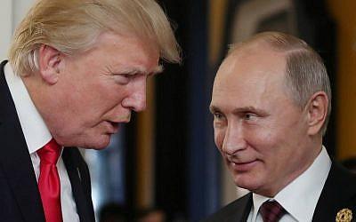 El presidente de Estados Unidos, Donald Trump, a la izquierda, y el presidente de Rusia, Vladimir Putin, en la Reunión de Líderes Económicos de APEC, parte de la cumbre de líderes de Cooperación Económica de Asia y el Pacífico (APEC), en la ciudad vietnamita central de Danang, el 11 de noviembre de 2017. ( Foto de AFP / Sputnik / Mikhail Klimentyev)