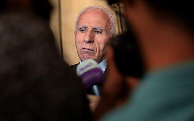 Azzam al-Ahmad, jefe del Comité Central y delegación de Fatah, habla durante una conferencia de prensa al término de dos días de conversaciones a puerta cerrada a las que asistieron representantes de 13 partidos políticos principales celebrados en la capital egipcia de El Cairo el 22 de noviembre de 2017. (AFP FOTO / MOHAMED EL-SHAHED)