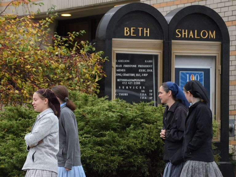 Los fieles se dirigen a la sinagoga Beth Shalom para los servicios de Shabat el sábado por la mañana en el vecindario de Squirrel Hill el 3 de noviembre de 2018 en Pittsburgh, Pensilvania. (Jeff Swensen / Getty Images / AFP)