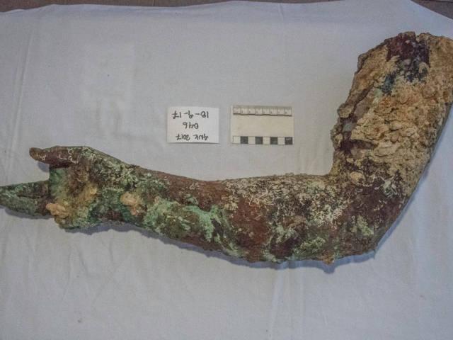 En 2017, los buzos encontraron este brazo de bronce en el sitio de naufragio de Antikythera Brett Seymour / EUA / ARGO