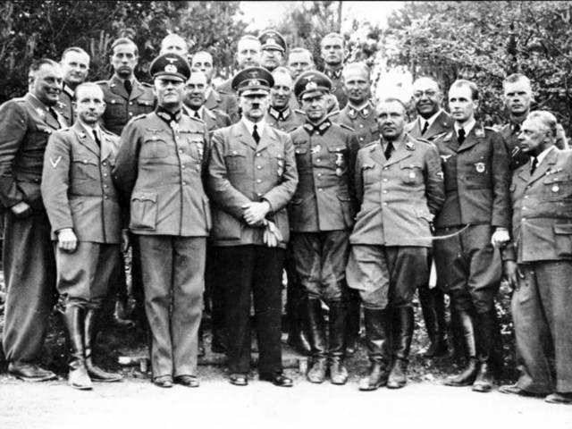 Adolf Hitler y su personal en junio de 1940. Su médico privado, Theodor Morell, es el cuarto de la derecha. Das Bundesarchiv