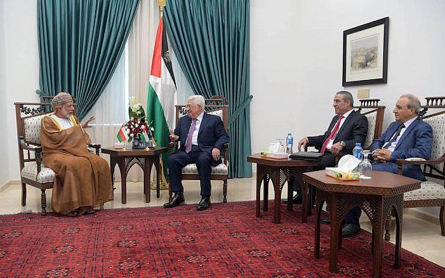El presidente de la Autoridad Palestina, Mahmoud Abbas, y el ministro de Relaciones Exteriores de Omán, Yusuf bin Alawi, se reunieron en Ramallah el 31 de octubre de 2018. (Wafa)