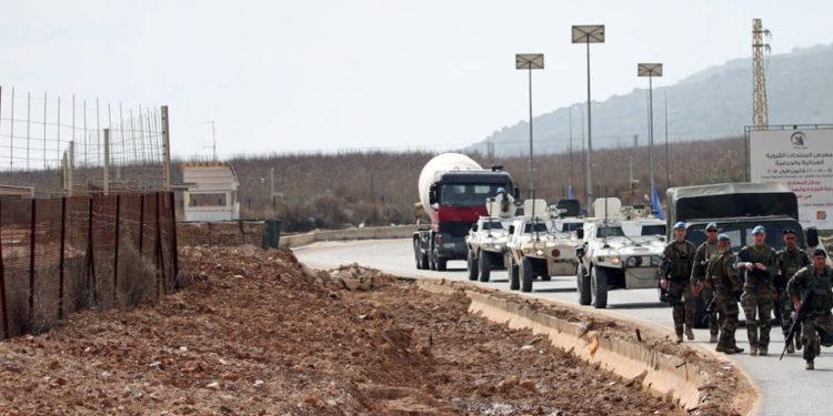 El personal de mantenimiento de la paz de la Fuerza Provisional de las Naciones Unidas en el Líbano (FPNUL) y los miembros del ejército libanés se encuentran cerca de la frontera con Israel cerca de la aldea de Kfar Kila, Líbano, 10 de febrero de 2018.. (Crédito de la foto: ALI HASHISHO / REUTERS)