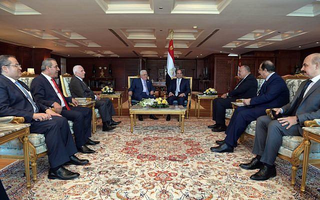 El presidente de la Autoridad Palestina Mahmoud Abbas y el presidente egipcio Abdel Fattah el-Sissi se reunieron en Sharm al-Sheikh el 3 de noviembre de 2018. (Crédito: Wafa)