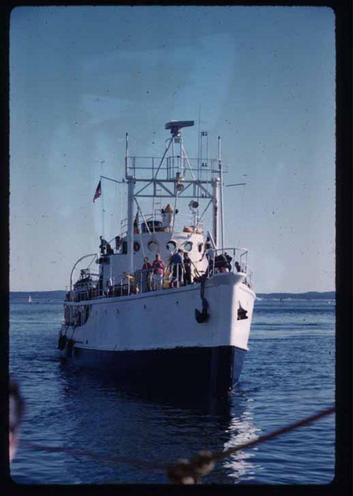 El barco de Cousteau Calypso, frente a la isla de Antikythera EUA