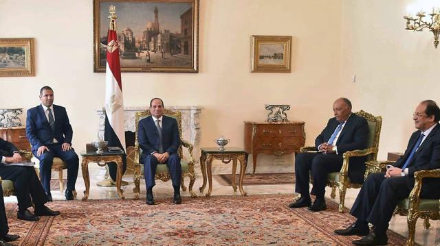 Kamel, Sisi y otros funcionarios egipcios (Foto: AFP)