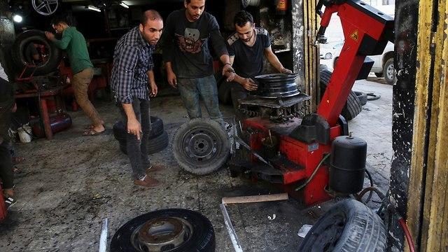 Tienda de neumáticos en Gaza (Foto: AP)
