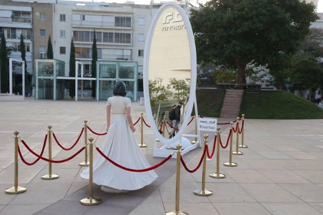 La estatua de la Cultura y la Ministra de Deportes Miri Regev colocada frente a un espejo en Tel Aviv (Foto: Motti Kimchi)