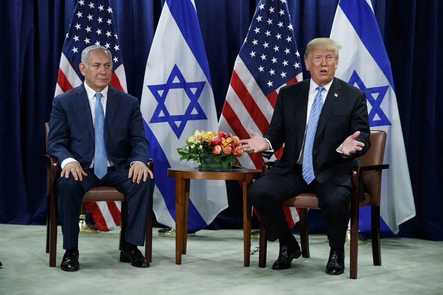 El presidente de los Estados Unidos, Donald Trump (derecha) y el primer ministro Benjamin Netanyahu se reúnen en la Asamblea General de las Naciones Unidas en la sede de la ONU, el 26 de septiembre de 2018. (Foto AP / Evan Vucci)