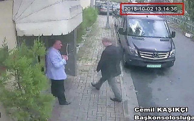Esta imagen tomada del video de CCTV obtenido por el periódico turco Hurriyet afirma que el periodista saudita Jamal Khashoggi ingresa al consulado de Arabia Saudita en Estambul, el 2 de octubre de 2018. (CCTV / Hurriyet vía AP)