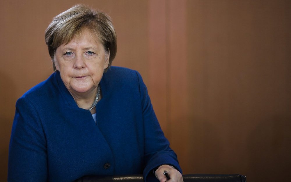 La canciller alemana, Angela Merkel, llega a la reunión semanal del gabinete del gobierno alemán en la cancillería de Berlín, el 24 de octubre de 2018. (Markus Schreiber / AP)