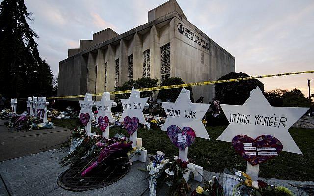 En esta foto del 29 de octubre de 2018, un monumento improvisado se encuentra fuera de la sinagoga del Árbol de la Vida tras un tiroteo mortal en Pittsburgh. (AP / Matt Rourke)