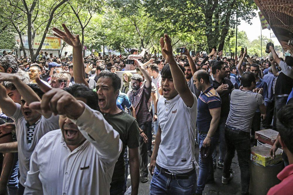 En esta foto de archivo del 25 de junio de 2018, un grupo de manifestantes cantan consignas en el antiguo gran bazar de Teherán, Irán. (Agencia de Noticias Laborales de Irán a través de AP, Archivo)