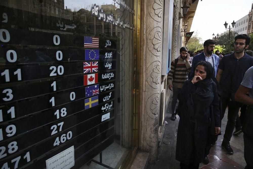 En esta foto de archivo del 2 de octubre de 2018, una tienda de cambio muestra los tipos de cambio de varias monedas en el centro de Teherán, Irán. (Foto AP / Vahid Salemi, Archivo)