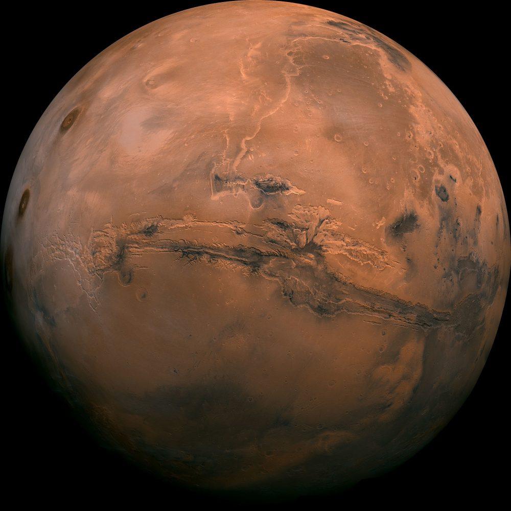 Esta imagen puesta a disposición por la NASA muestra el planeta Marte. Esta foto compuesta fue creada a partir de más de 100 imágenes de Marte tomadas por Viking Orbiters en la década de 1970. (NASA a través de AP, Archivo)
