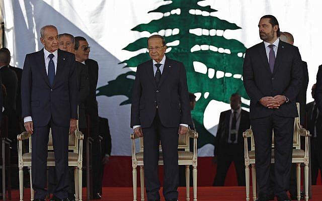 El presidente libanés Michel Aoun, centro, primer ministro libanés Saad Hariri, derecha, y el presidente del Parlamento libanés, Nabih Berri, a la izquierda, asisten a un desfile militar para conmemorar el 75 aniversario de la independencia de Líbano de Francia, en el centro de Beirut, el jueves 22 de noviembre de 2018. . (Foto AP / Hussein Malla)