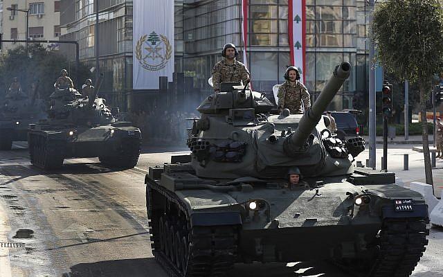 Los tanques del ejército libanés participan en un desfile militar para conmemorar el 75 aniversario de la independencia de Líbano de Francia, en el centro de Beirut, el jueves 22 de noviembre de 2018. (AP Photo / Hussein Malla)