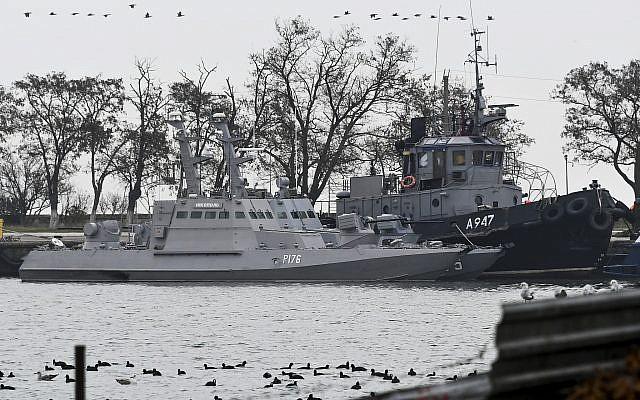 Tres barcos ucranianos son vistos mientras atracan después de haber sido capturados, en Kerch, Crimea, 25 de noviembre de 2018. (Foto AP)