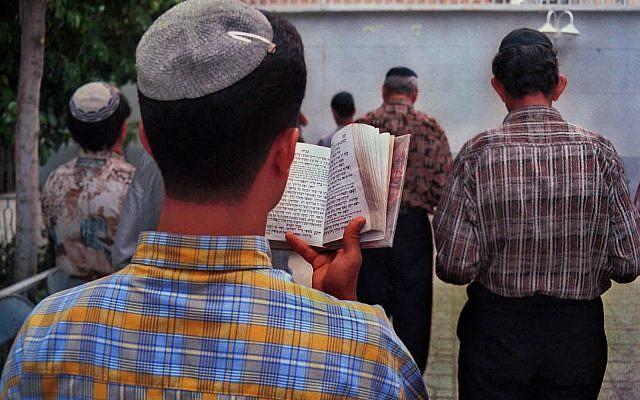 Un grupo de jóvenes judíos iraníes reza en la Sinagoga Rabeezadeh en Shiraz, en el sur de Irán, el 12 de abril de 2000. (Foto AP / Vahid Salemi)