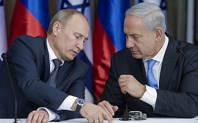 El presidente ruso, Vladimir Putin, habla con el primer ministro Benjamin Netanyahu mientras se preparan para emitir declaraciones conjuntas después de una reunión y un almuerzo en la residencia del líder israelí en Jerusalén, el 25 de junio de 2012. (Foto AP / Jim Hollander, Pool)