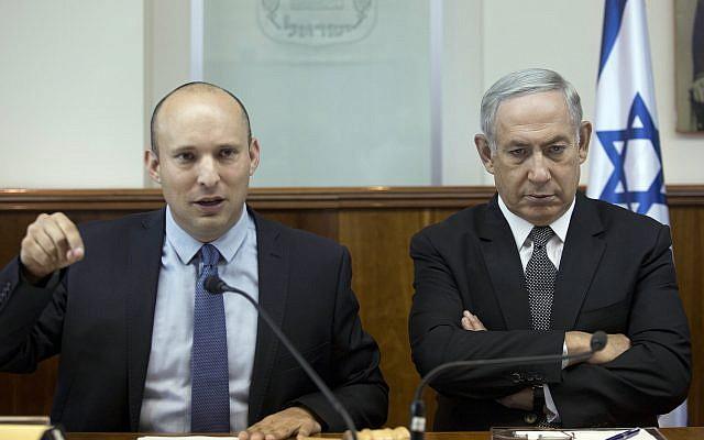 El Primer Ministro Benjamin Netanyahu, a la derecha, y el Ministro de Educación Naftali Bennett asisten a la reunión semanal del gabinete en la Oficina del Primer Ministro en Jerusalén, el 30 de agosto de 2016. (Abir Sultan, Pool via AP / File)