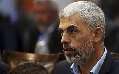 En esta foto del 1 de mayo de 2017, Yehiyeh Sinwar, el líder de Hamas en la Franja de Gaza, asiste a una conferencia de prensa en la ciudad de Gaza. (Foto AP / Adel Hana, Archivo)