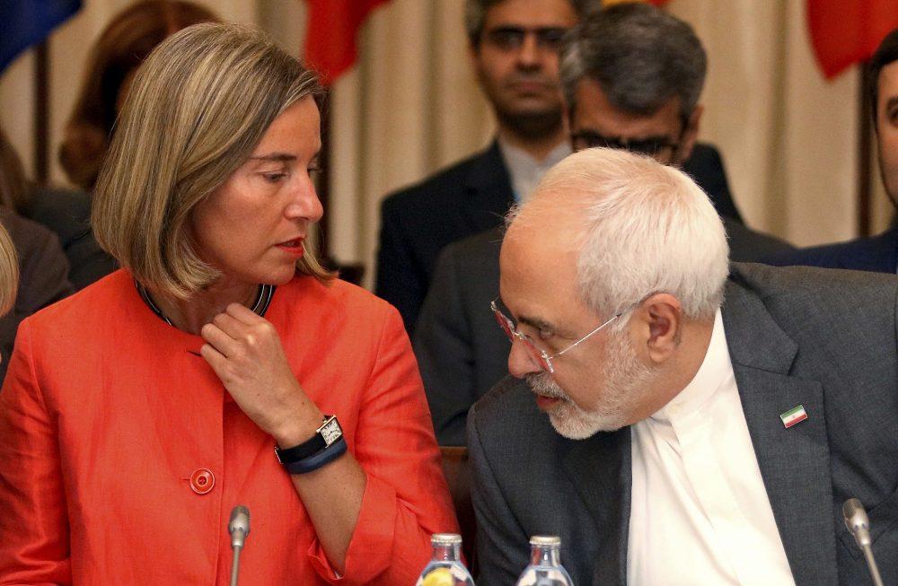 Federica Mogherini, Alta Representante de la Unión Europea para Asuntos Exteriores y el Ministro de Relaciones Exteriores de Irán, Mohammad Javad Zarif, desde la izquierda, esperan el inicio de una reunión bilateral como parte de las conversaciones nucleares a puerta cerrada con Irán en un hotel en Viena, Austria 6 de julio de 2018. (Foto AP / Ronald Zak)