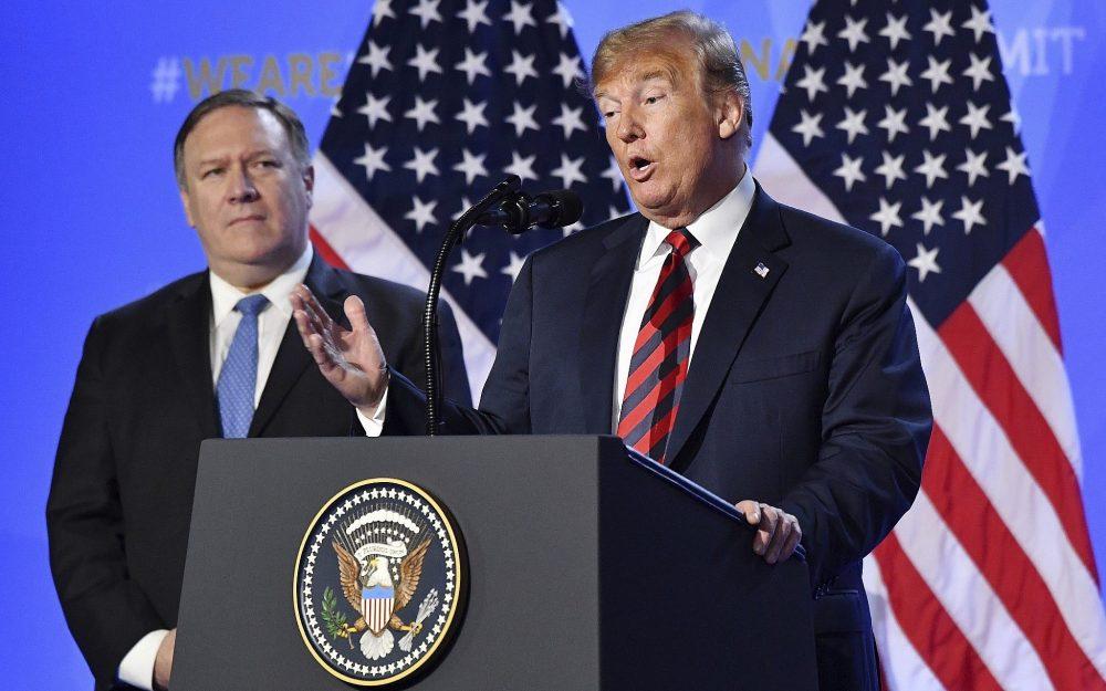 El presidente de Estados Unidos, Donald Trump, está flanqueado por el secretario de Estado estadounidense, Mike Pompeo, a la izquierda, mientras habla en una conferencia de prensa después de una cumbre de jefes de estado y de gobierno en la sede de la OTAN en Bruselas, Bélgica, el 12 de julio de 2018. (Foto AP / Geert Vanden Wijngaert)
