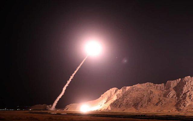 En esta foto publicada el 1 de octubre de 2018, por el Cuerpo de la Guardia Revolucionaria de Irán, se dispara un misil desde la ciudad de Kermanshah, en el oeste de Irán, contra el grupo del Estado Islámico en Siria. (Sepahnews vía AP)