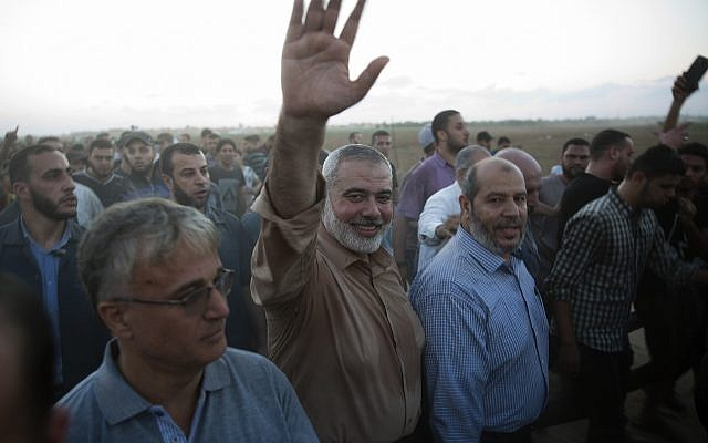 El máximo líder de Hamas, Ismail Haniyeh, saluda a los manifestantes durante una protesta en la frontera de la Franja de Gaza con Israel, 12 de octubre de 2018. (AP Photo / Khalil Hamra)
