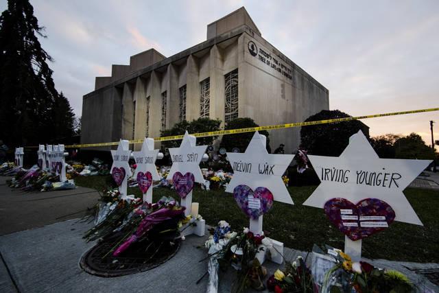 Un monumento improvisado se encuentra fuera de la Sinagoga del Árbol de la Vida después de un tiroteo mortal en el Pittsburgh, 29 de octubre de 2018. (Matt Rourke / AP)