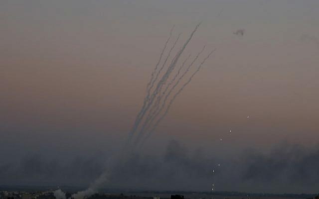Los cohetes palestinos son disparados hacia Israel desde Gaza el 12 de noviembre de 2018. (AP / Hatem Moussa)