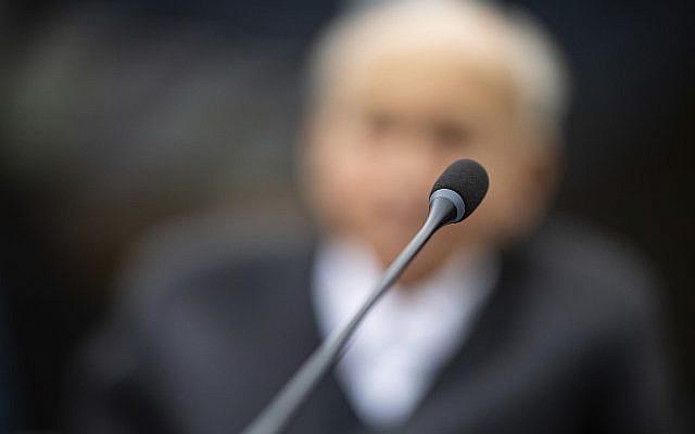 Johann Rehbogen, un ex miembro de las SS de 94 años de edad, quien está acusado de cientos de cargos de asesinato de los presuntos delitos cometidos durante los años en que se desempeñó como guardia en el campo de concentración de Stutthof de los Nazis, espera el comienzo de el tercer día de su juicio en el tribunal regional de Muenster, Alemania occidental, el 13 de noviembre de 2018. (Guido Kirchner / foto de piscina a través de AP)